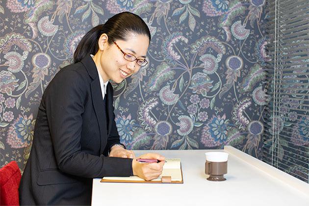 より多くの経験を積んで、複雑な案件にも正確に対応できる司法書士になることです。